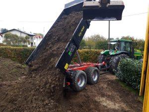 Bei den Baggerung benötigt man einen Kipper. Der Kipper hängt am Traktor und schüttet die Erde auf einen Haufen.