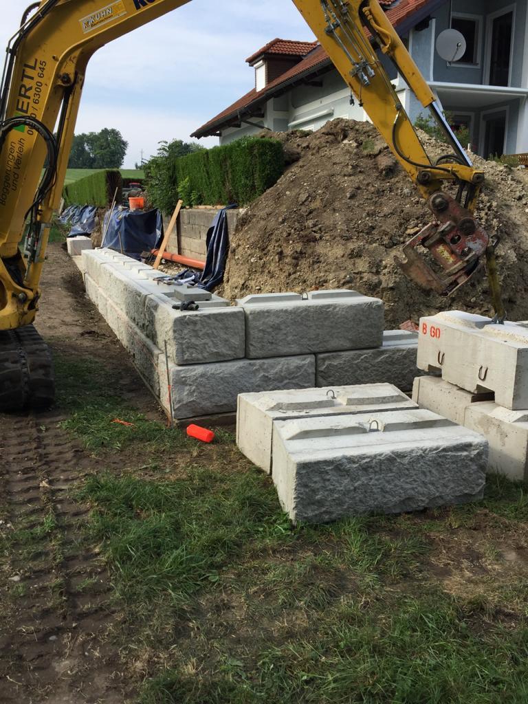 Große Steine liegen bereit für den Bau einer Mauer.