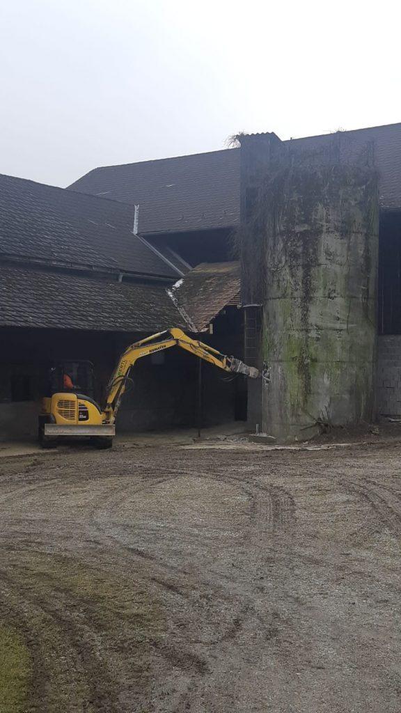 Bagger beim Abriss eines alten Silos